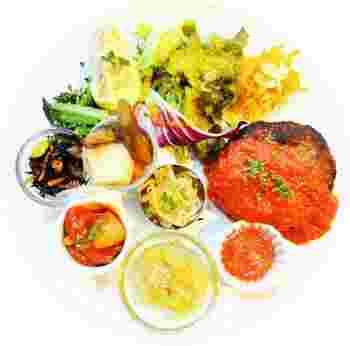 彩りバランスプレートは、前菜や本日のおかずなどが楽しめる人気のランチ。色んなものをちょこっとずつ食べれるので女性に人気!色鮮やかで美しい見た目に心躍ります。