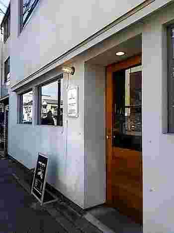 """鎌倉で「カレーを食べるなら?」と聞けば、きっと何人もこのお店の名前を挙げるであろう、地元の人に愛されるカレー屋さんが「woof curry(ウーフカレー)」。""""いつものカレー""""感覚で寄りたくなるお店です。 場所は長谷駅から徒歩約5分のところにあります。"""