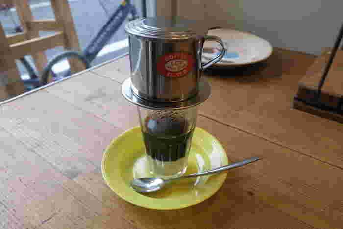 外せないのはバニラがほのかに香る「ベトナムコーヒー」。コップにフィルターをのせたままサーブされるので、最初はちょっとびっくりしちゃうかも。コーヒーの雫がゆっくり落ちて、カップの底には甘~い練乳が。その練乳を少しずつ混ぜながらお好みの味に調整して飲むのだそう。いつものコーヒーにマンネリを感じたら、アジアン気分たっぷりのベトナムコーヒーでホッと一息ついてみませんか?