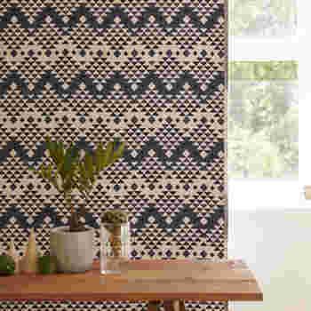 キャンプなどのアウトドアでは定番のノルディック柄。カーテンではあまり多くはない柄ですが、【FLYMEe】には、こんなにおしゃれなノルディック柄カーテンに出会えます。ネイティブアメリカンの伝統織物である、「チマヨ模様」を現代的にアレンジしたものです。印象的な柄ですが色合いはシックで大人っぽく、植物や木材との相性もバッチリですね。