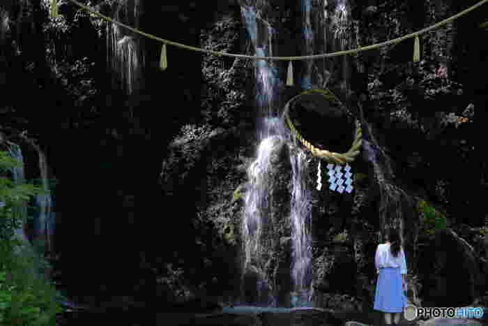 【箱根湯本駅から徒歩15分、須雲川沿いの老舗旅館「天成園」内の『玉簾の滝(たますだれのたき)』(見学無料)】