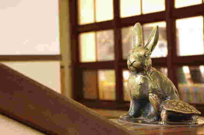 階段の手すりには、可愛らしいウサギとカメのブロンズ像が。これは古川鉄治郎が童謡「ウサギとカメ」を心の支えに人一倍努力してきた、というエピソードを元にヴォーリズがメモリアルとしてデザインに組み込んだもの。ウサギとカメ、というコンビは長年子供たちを見守ってくれていました。