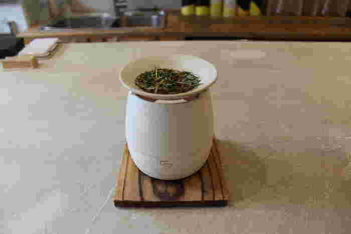 三浦さんのおすすめは、画像の【CHABAKKA刻印入り 常滑焼茶香炉】だそう。常滑焼の窯元さんによって、一つ一つろくろで作られています。こちらの茶香炉が店頭に置いてあったのですが、店内にはお茶の香りが優しく漂っていました。これをお部屋で炊いたら心が落ち着き癒されそうです。  そして、お茶を炊いていくうちに次第に茶葉が膨らんで色づき、ほうじ茶が作れるとのことです。リラックスもワクワクも叶えてくれる、まさに日本茶エンターテイメントグッズです。贈り物にしても喜ばれそうですね。   (※メニューや商品は2019年11月の情報です。詳細はホームページや公式SNSをご確認ください。)