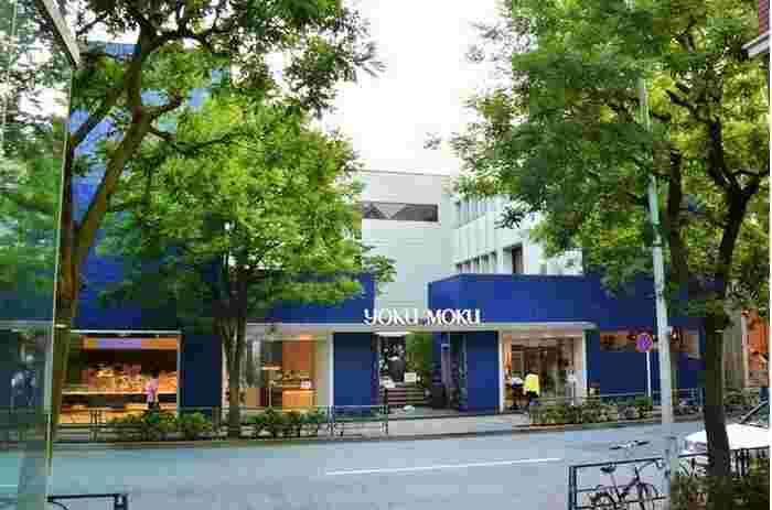 表参道駅A5出口から地上に出て根津美術館方面へ5分ほど歩くと、特徴のあるブルーブリック(青レンガ)の外観が見えてきます。『シガール』でおなじみのヨックモック青山本店に隣接するカフェレストランです。