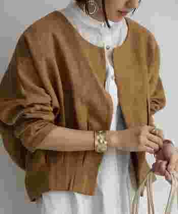 ウエストのタックが着ると立体的になり、足が長く見え、自然とスタイルアップ。綿麻混素材なので、季節の変わり目にぴったりです。ノーカラーなので品よく見えるのも嬉しいポイント。