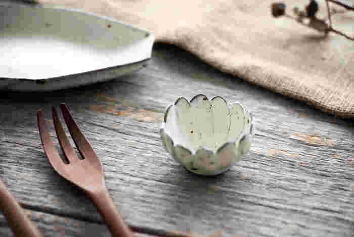 可憐で愛らしいマーガレット豆鉢は、和洋どんな器にも品よく馴染むシンプルさも魅力です。ナチュラルな木のカトラリーや器と組み合わせれば、カフェのようなおしゃれなコーディネートも楽しめますよ。テーブルを素敵に彩る花モチーフの豆鉢は、春の食卓にぜひおすすめです。
