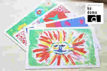 こちらでは、子供の絵をデザイナーがきれいに加工・補正したうえで、オリジナルのポストカードにプリントしてもらえます。加工といっても、撮影したときの入ってしまった影や細かいゴミ、汚れ、ちょっとした折れ目、明暗などを調整するだけなので、原画のイメージを損なうことはありません。  1セット4枚で、全部別々の絵を選ぶことも、同じものにすることもできます。  納期は10日ほど。仕上がりイメージを事前に確認、1回まで修正対応してもらえるので安心ですね。