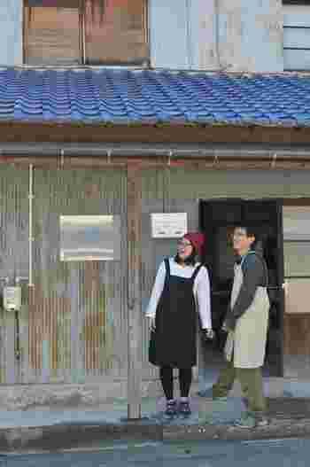 ◆鈴原嵩さん 「SUZUGAMA」の設立者である鈴原さんは、1985年広島県生まれ。2010年に愛知県立芸術大学を卒業し、陶芸家の大泉讃氏のもとで修行を積み、2012年には現在地に窯を作り「鈴窯」を設立されました。  ◆佐藤千恵さん 1985年熊本県生まれ。2012年に鈴原さんと同じ、愛知県立芸術大学の大学院を卒業後、デザイナーとして陶磁器メーカーに勤務されました。そして2015年から「SUZUGAMA」に参加され、デザイナーとしてご活躍されています。