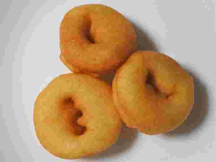 一番人気はふわふわの食感がたまらない「豆乳ドーナツ」。店頭で手作りしているので、揚げたてを味わえますよ。プレーンはもちろん、シロップをかけたメニューもおすすめです。