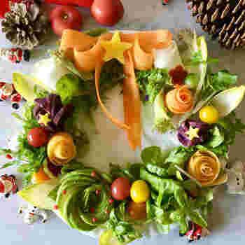 リースをかたどったカラフルなサラダ。盛り付け方を変えるだけで、一気にクリスマスムードになりますね!野菜のみのサラダなので、お肉料理にも合わせやすいです。