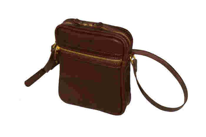 まさにちょっとしたお出かけんために作られた革のショルダーバッグ。 ファスナー式で荷物が取り出しやすい実用的なデザインです。