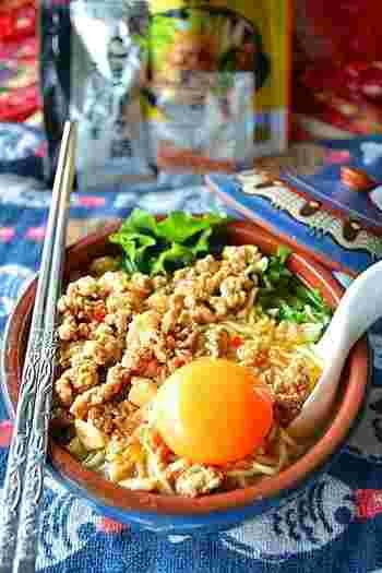 鍋スープの素を使って作る、ガッツリ系男子が喜びそうな坦々ラーメン。土鍋で作るとアツアツが長続きして、最後まで美味しくいただけます。残ったスープにご飯を入れて、豪快にかき込んで食べて欲しいスタミナ鍋です。
