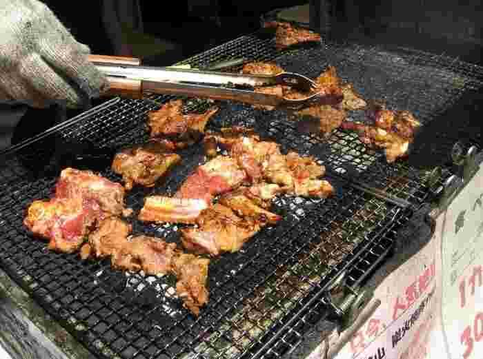 ひろやの名物は何といっても、店先で豪快に焼かれる豚カルビ。食欲をそそる匂いについつい立ち止まってしまいます。