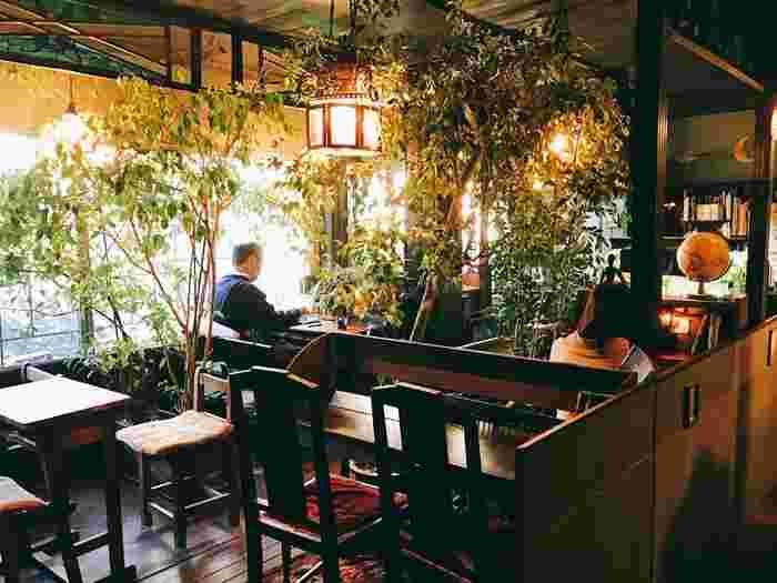 木製インテリアと観葉植物が織り成す、自然の温かみあふれる店内空間。インテリアはどこか懐かしさが感じられるデザインで、レトロ好きの方なら、居心地がいい場所になるはず♪