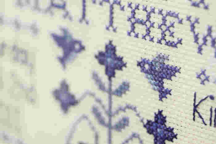 最近の刺繍人気を後押ししているのが、このクロスステッチです。ひと目ごとに糸をクロスさせて挿していく刺繍法で、小さなイラストはもちろん、慣れれば大作だって作れます。