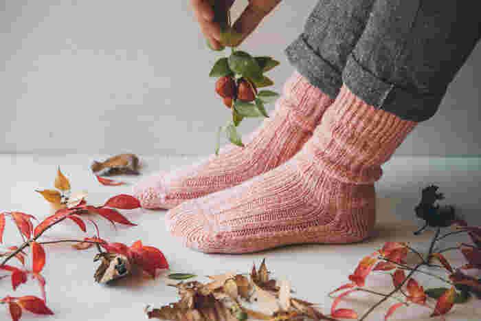高級ウール糸や、オーガニックコットンを合わせて編み込んだ、贅沢な靴下。締め付けることなく履き心地も抜群で、白とピンクが合わさった柔らかな印象のピーチカラーは、大人の女性にピッタリなシンプルソックスです。