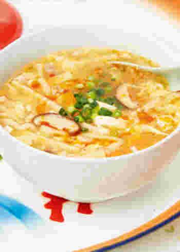 とろみのあるスープが具材に絡んでアツアツおいしい。すっぱいお酢と、ピリッと辛いラー油の風味が食欲をそそります。