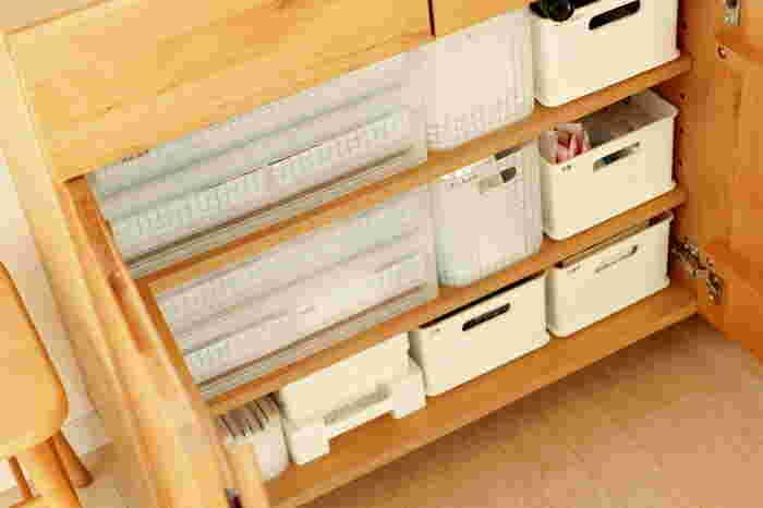 文具や生活雑貨などの収納は、ポリプロピレンケースなどの引き出し収納が活躍してくれます。また、清潔感のある白いボックスにカテゴリ分けするのも良いですね。ラベルを付けておけば、中身が一目瞭然で探しやすくなります。