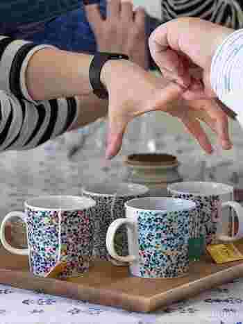 「ティーマ」のシルエットに色鮮やかなドットが描かれた別注のマグカップです。ブルーとターコイズの2ベース。加えられたイエローやレッドの配置や割合など、見入るほどに美しく飽きが来ない。