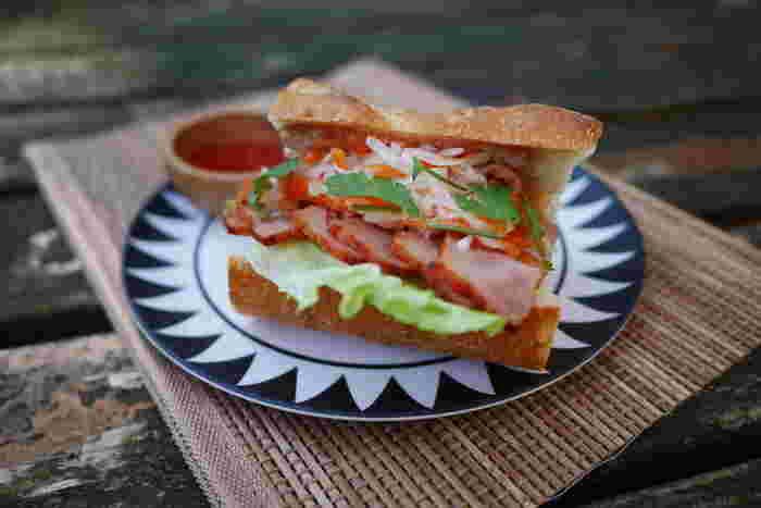 ベトナムのソウルフード、バインミー。なんと日本で言うところの「なます」がサンドされたサンドイッチなんです。本場ではヌックマムで味つけしますが、なくてもOK!オシャレでフォトジェニック、さっぱり美味しいのでぜひチャレンジしてみて♪