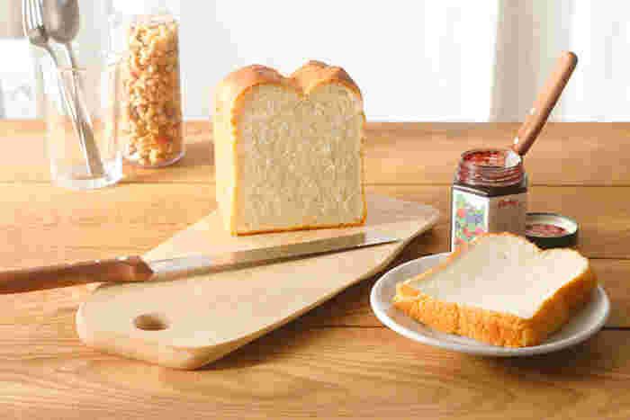 テーブルにも出せるおしゃれなカッティングボードですが、大きめのサイズならメインのまな板として使うこともできます。こちらは、北欧の白樺を使用した、現地のクラフト作家によるハンドメイド。個性的なフォルムはぬくもりがあり、優しい気持ちでお料理ができそう♪