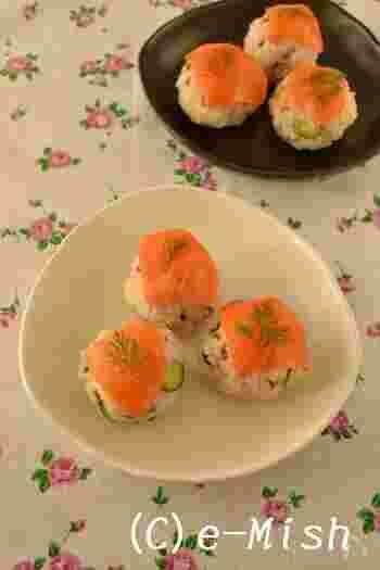 北欧料理のイメージが強いディルですが、和食に奥行きを出すためにも向いています。 こちらは、最高の相棒スモークサーモンと一緒に、手まり寿司に。刻んだディルを白米に混ぜても美味しいですよ。
