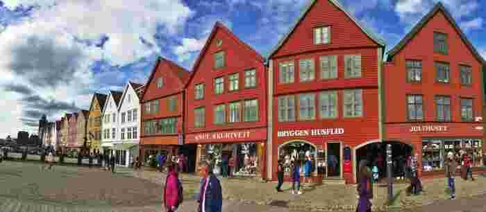 ブリッゲン地区は、かつてドイツ商人が往来し貿易で繁栄した街。その当時のカラフルな木造建築の商館群は、世界遺産にも登録されており風情があります。今は工房やショップが沢山集まっておりぶらぶらと散策するのにとっても楽しいところです。