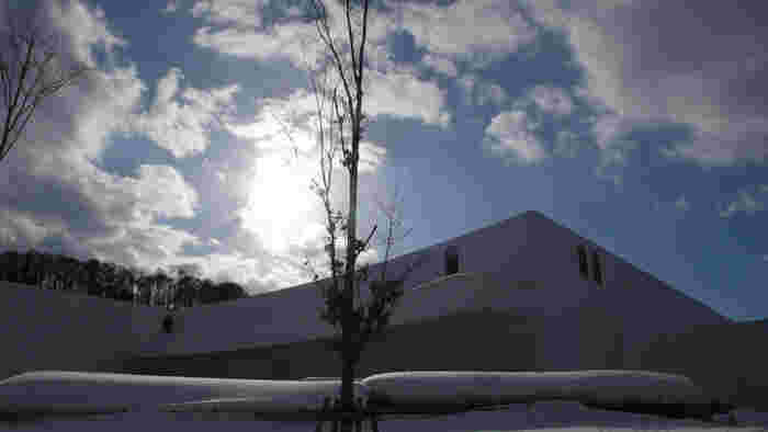 雪の季節は、辺り一面が真っ白の世界。看板も何も無い外観と雪がマッチしていてとっても美しい。