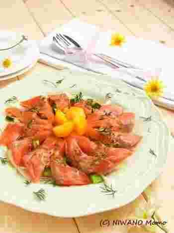 北欧と縁が深いサーモンだから、ソースもディルをたっぷりと使う北欧のイメージで。ハニーマスタードのソースは、サーモン以外の魚介とも相性がよく、おすすめです。