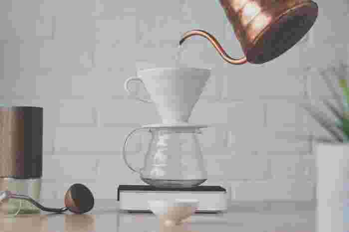 """コーヒードリッパーには大きく分けて""""台形型""""と""""円錐型""""の2種類があります。  台形型は、広範囲にお湯を浸透させながら抽出するためコクのあるコーヒーを淹れることができます。打って変わって円錐型は、お湯がスーッと落ちていくような構造になっているのでスッキリとした仕上がりになります。"""