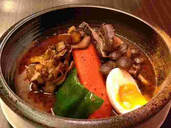 女性に人気の「北海道愛別 矢部さんの舞茸スープカレー」には、舞茸やめじ、えりんぎがたっぷり。きのこの香りや風味、歯触りが絶妙です。ヘルシー派の方にもおすすめ。