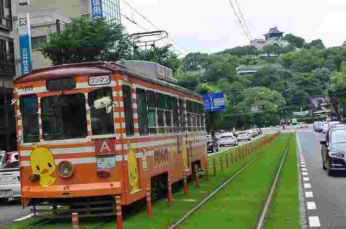 熊本市内には「市電」が走っています。どこまで乗っても運賃は170円なので、観光にうってつけ。色々とまわりたいときには「大人券(500円)」を購入しておくとお得です◎