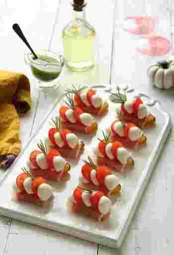 生ハム、かぼちゃ、モッツァレラチーズ、プチトマトの彩りが美しく見た目もとってもキュートなプチカプレーゼ。こちらもおもてなしやお祝いの席を華やかにしてくれるだけでなく、プチサイズで食べやすいことも嬉しいポイントです。