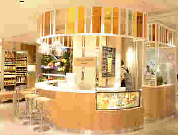 「レディーフォーザウィークエンドバー ウィズ スカイハイ」は、伊勢丹新宿本店の本館2Fにある開放的なお店。レディースファッションフロアにあるので気になっている女性の方も多いのでは?