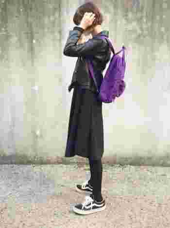 服では取り入れづらいパープルをカンケンバッグで。黒系でまとめたワントーンコーデによく映えます。