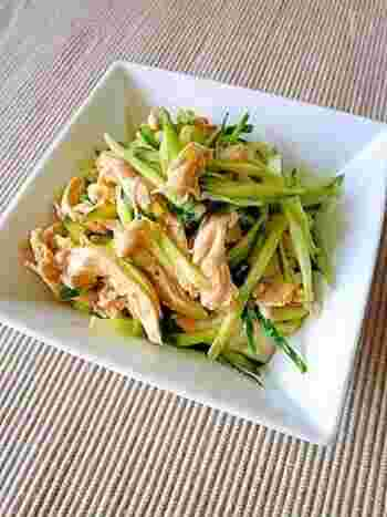 ラー油と相性抜群なのが、鶏ときゅうりの組み合わせ。中華風のこちらの和え物は、さっぱりピリ辛でビールのおつまみにもおすすめです!