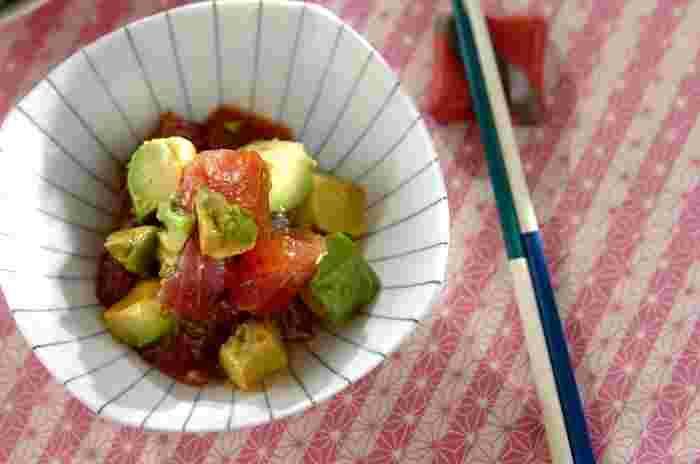 マグロ×アボカドは、醤油をたらして和風味に。 ボイルしたエビ×アボカドには、マヨネーズで味付けすればサラダ風の味になります。 どちらもお好みで。