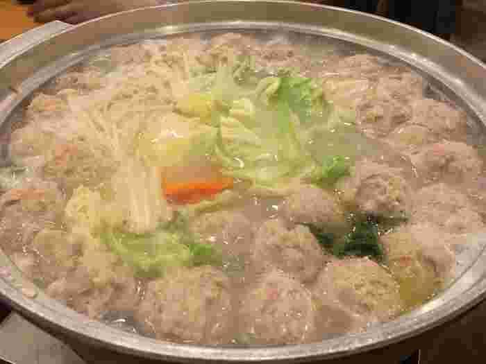 白濁したスープが特徴で、丁寧に灰汁を取りながら、じっくりと時間をかけて作られています。鶏肉は佐賀県の赤鶏、野菜はそれぞれ旬を迎える地域のものを使用しています。水炊きには、鶏肉・鶏ミンチ・キャベツ・えのき・人参・珍しいほうれん草なども入っていて、具沢山なのも嬉しいですね。