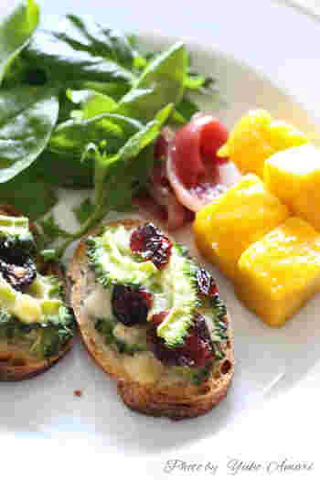 """「クロスティーニ」とは、イタリア語で""""小さなトースト""""のこと。スライスしたバゲットに、ゴーヤとクランベリー、パルミジャーノをトッピングしてトースターへ。サラダを添えれば、ヘルシーでおしゃれなひと皿のできあがり!"""