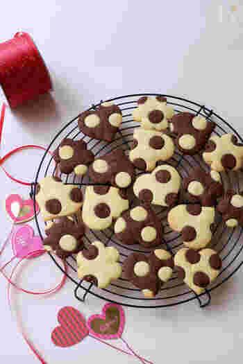 プレーンとココアの2種類の生地で、ポップで可愛い水玉模様のクッキーができちゃいます。 これなら、目を引くこと間違いなし!