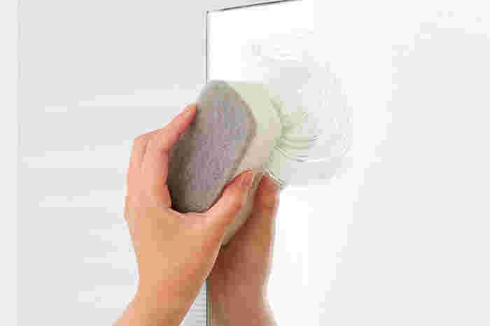 スポンジにクリーナーをつけて、円を描くように擦りましょう。水で流した後、水気を拭き取れば完了です。クリーナーは鏡が傷つきにくいよう工夫されているので、安心して使えますよ。