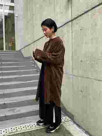 太目の畝と光沢感が温かみのあるワンピース。珍しい襟のないデザインで、薄手のコート感覚で着こなせます。