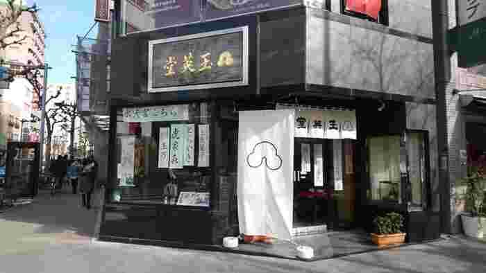 人形町駅から徒歩2分。甘酒横丁の角にあるこちらのお店はなんと創業1576年という歴史ある老舗です。もともと京都にあったお店が1951年に東京にお引越しされました。