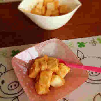 水の代わりに牛乳で作るミルキーな味わいのわらびもちです。こちらのレシピではお餅の材料に片栗粉を使っていますが、比較的家に常備してある材料なので作りやすいですね。