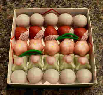 代表的な「小丸松露」。餡や羊羹にすり蜜をかけています。見た目も可愛らしいので、箱をあけた瞬間にみんな笑顔になりそうですね♪