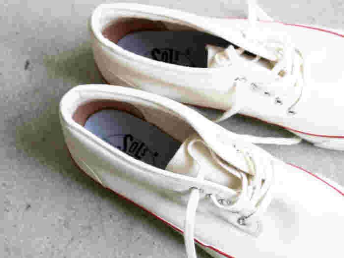 1892年創業のアサヒコーポレーションのスニーカーブランド「SOLS」。1960年代頃のデッキシューズのディティールを研究し、その当時のスニーカーを再現しつつ、SOLSならではの新しいアプローチで作られています。