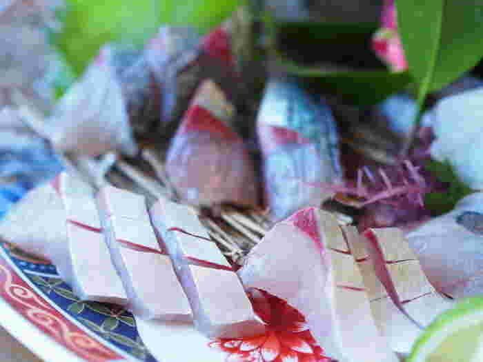 関サバは、豊予(ほうよ)海峡で獲れ、佐賀関に水揚げされる鯖のことで、関アジとともに高級ブランド魚として知られています。速吸(はやすい)の瀬戸と呼ばれる豊予海峡は、プランクトンが豊富で流れが速いため、身が締まって味のいい鯖が獲れるのだとか。わざわざ出かけても食べてみたいブランド鯖です。