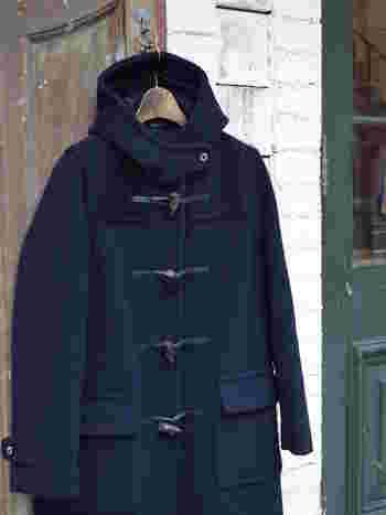 「クラシカル」や「トラッド」がキーワードの今シーズン、『ダッフルコート』が冬のトレンドアイテムとして注目を集めています。 もともとは北欧の漁師たちの仕事着でしたが、第二次世界大戦時にイギリス海軍が軍用コートに採用し、一般的に広く普及したそうです。 古い歴史を持つダッフルコートは、いつの時代も冬の定番アウターとして世界中で愛され続けてきました。