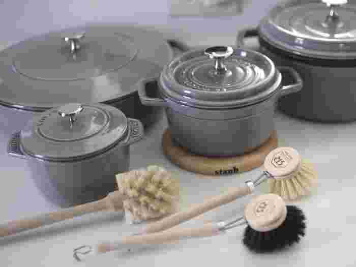 プロの料理人や料理好きさんに人気のホーロー鍋。使ってみたいけれど、使いこなせるのか、お手入れはどうしたら良いのかお悩みの方は多いのではないでしょうか。  一度使うと、その料理の仕上がりにまた使いたくなる。そんな魔法のお鍋であなたも料理してみたいと思いませんか。今回は、その特徴や使い方、おすすめブランドまでたっぷりとご紹介します。ぜひホーロー鍋選びの参考にしてくださいね。
