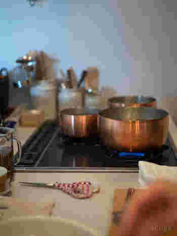 表面の鈍い光がスタイリッシュな銅のやっとこ鍋。熱のまわりが早いので、火が早く通ります。15、18、21cmの3サイズ。毎朝の味噌汁作りや煮物やカレー作りに大活躍しそうだから、3つ揃えておくといいかも。